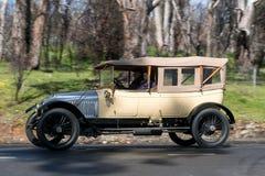 Vauxhall-Prinz 1913 Henry Tourer, der auf Landstraße fährt lizenzfreie stockbilder
