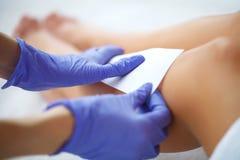 vax Ben för kosmetologWaxing Woman ` s i den Spa salongen royaltyfria bilder