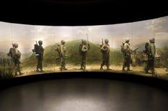 Vaxet tjäna som soldat marsch i koreanskt krig med målning  Arkivbilder