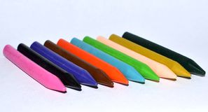 Vaxplast-färgpennor arkivfoton