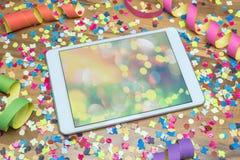 Vaya de fiesta con confeti y la flámula con el espacio libre en ipad Imagen de archivo