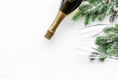 Vaya de fiesta con la picea, el champán y vidrios para celebrar el Año Nuevo 2018 en la maqueta blanca de la opinión superior del Fotografía de archivo libre de regalías