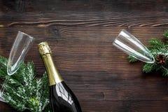 Vaya de fiesta con la picea, el champán y vidrios para celebrar el Año Nuevo 2018 en maqueta de madera de la opinión superior del Imagen de archivo
