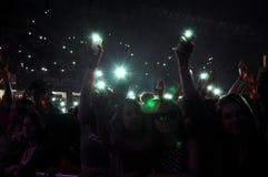 Vaya de fiesta a la gente en el círculo de oro en un concierto Fotografía de archivo