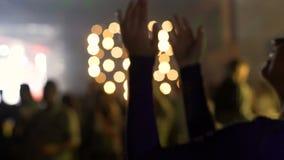 Vaya de fiesta la iluminación, el baile bastante rubio de la mujer y el aplauso en el concierto almacen de video