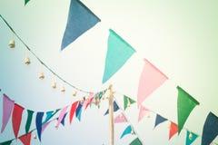 Vaya de fiesta las banderas en el cielo con el filtro del vintage imágenes de archivo libres de regalías
