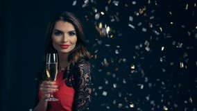 Vaya de fiesta, las bebidas, los días de fiesta y concepto de la celebración almacen de metraje de vídeo
