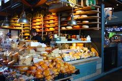 Vaya a hacer compras y compre quesos sabrosos de productores de la lecher?a de Rotterdam en el mercado grande de la metr?poli imagenes de archivo