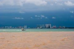 Vaya a la tormenta de la orilla está viniendo Fotos de archivo libres de regalías