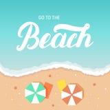 Vaya a las letras de la mano de la playa en el mar y enarene el fondo con el deckchair del paraguas Fotos de archivo libres de regalías