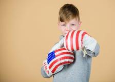 Vaya salvaje D?a de la Independencia de los E Deportista feliz del ni?o en guantes de boxeo ?xito del deporte sportswear Dieta de foto de archivo