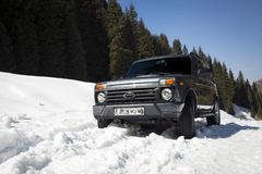 Vaz bil i snön arkivbild