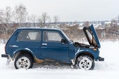VAZ campo a través ruso azul roto de Lada Niva 4x4 del coche 2121/21214 parqueados con un capo abierto fotografía de archivo libre de regalías