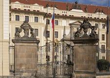Vazen boven op kolommen bij de zijingangspoort aan het Kasteel van Praag, Tsjechische Republiek stock foto