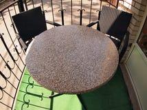 Vazio redonda no mármore e nas duas cadeiras fotografia de stock royalty free