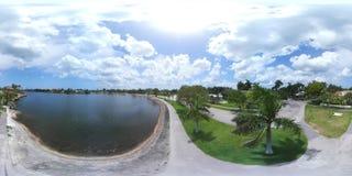 vídeo 360 esférico de um lago no parque vídeos de arquivo