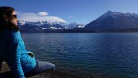 vídeo 4K de las montañas y del lago Thun de Berner Oberland almacen de video