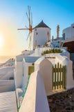 Väderkvarn i solnedgång, Oia stad, Santorini Arkivfoton