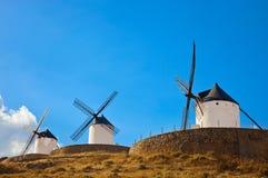 Väderkvarnar i Consuegra, Spanien Arkivfoton