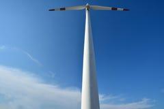 Väderkvarnmaktgenerator under blå himmel Arkivbild