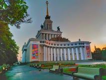VDNH mit heraus Leuten, im Sonnenaufgang Russland, Moskau Lizenzfreie Stockbilder
