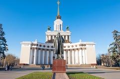 VDNKh中央亭子11月的在莫斯科,人们去观光 免版税库存照片