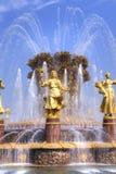 VDNKh, une fontaine est amitié des personnes Photos libres de droits