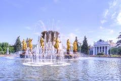 VDNKh, une fontaine est amitié des personnes Photographie stock