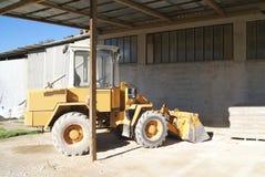 Veículo da construção da escavadora em uma loja, na fábrica, ou em um armazém Fotografia de Stock