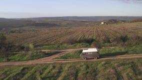 Veículo da vista aérea que viaja na estrada arenosa através dos campos rurais Viagem do ver?o video estoque
