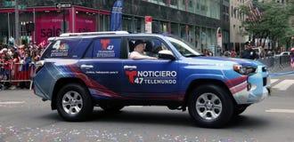 Veículo de Telemundo na parada porto-riquenha do dia Imagem de Stock