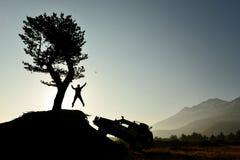 Veículo de terra e homem em busca da aventura foto de stock royalty free
