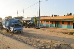 Veículo destruído na estrada Imagens de Stock