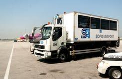 Veículo do auxílio da mobilidade do passageiro de PRM na pista de decolagem do aeroporto Fotografia de Stock