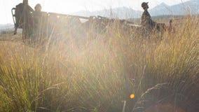 Veículo do safari mostrado em silhueta na luz da tarde Foto de Stock