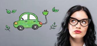Veículo elétrico com mulher de negócios nova imagens de stock