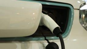 Veículo elétrico ligado ao ponto da carga doméstica ou pública, transporte moderno filme