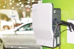 Veículo elétrico que carrega a estação de Ev com a tomada da fonte do cabo distribuidor de corrente para o carro de Ev foto de stock royalty free