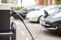 Veículo elétrico que carrega na rua, no Reino Unido imagens de stock royalty free