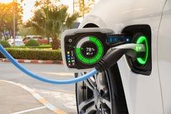 Veículo elétrico que muda no estacionamento da rua com interface de usuário gráfica, conceito futuro do carro de EV imagem de stock