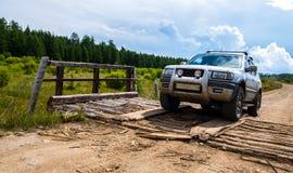 Veículo fora de estrada na estrada do cascalho Fotografia de Stock
