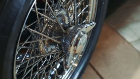 Veículo luxuoso velho do wheelof brilhante do cromo filme