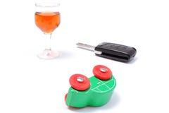 Veículo modelo virado, vidro do vinho e chave do carro Imagem de Stock