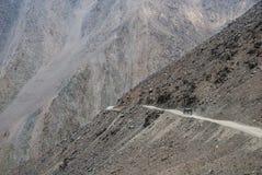 Veículo na estrada das montanhas Imagem de Stock Royalty Free