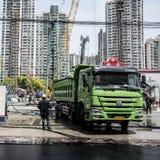 Veículo pesado de lavagem no canteiro de obras, Shanghai Imagens de Stock