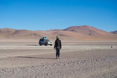 veículo 4x4 que toma turistas nas montanhas desertic dos Andes em Huayllajc, Bolívia, roadtrip ao sal mundialmente famoso de Uyun Imagem de Stock Royalty Free