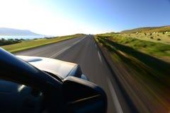 Veículo que viaja à alta velocidade no campo fotografia de stock royalty free