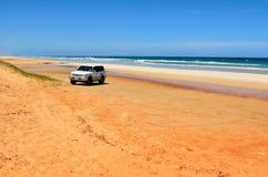 Veículo 4WD na praia de 40 milhas em grande Sandy National Park, QLD imagens de stock royalty free