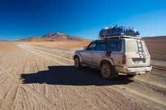 veículo 4x4 que cruza as montanhas andinas, Bolívia Foto de Stock