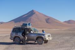 veículo 4x4 que cruza as montanhas andinas, Bolívia Fotografia de Stock Royalty Free